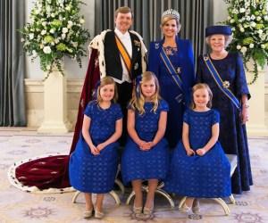 Catharina Amalia, (en el centro) primogénita de los reyes, es la nueva Princesa de Orange (título que recibe el hijo/a mayor del monarca), primera en la línea de sucesión al trono holandés.