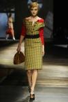 Miuccia Prada se inspiró en el estilo de Grace Kelly: faldas en forma de A, cinturones anchos, gafas de sol y bolsos retro. La paleta de colores que predominan son el verde botella, el mostaza, el rojo, el marrón, el rosa pastel y el gris.
