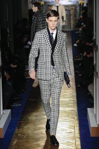 Valentino Durante la semana de la moda masculina de París, la firma italiana presentó diseños clásicos y formales. Destacan las chaquetas de piel, los trajes de tartán, el print militar y las texturas.