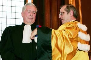 El escritor peruano Mario Vargas Llosa (i) recibe de manos del presidente de la Universidad Sorbona Nouvelle, Bernard Bosredon, el titulo de Doctor Honoris Causa de la Sorbona.