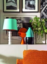 En la misma sala, cuadros de fotografías en blanco y negro realzan su belleza con los destellos de color de la lámpara y los jarrones.