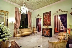 Uno de los salones de Uzhupud, con un ambiete cálido, y detalles antiguos.