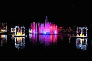 Natal luz se luce sobre los lagos incorporando carrozas acuáticas a la celebración.