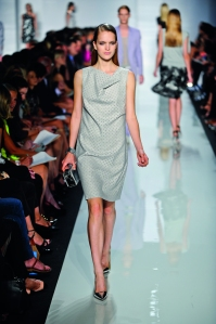El diseñador busca vestir a una mujer activa y sofisticada.