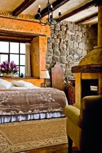 Es de destacar que en algunos de los 11 dormitorios que ofrece la hacienda se pueden observar paredes volcánicas perfectamente talladas. El aire campestre de la decoración junto a la vista que ofrecen, son muestra del ambiente bucólico del que se puede disfrutar.