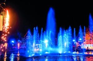 Los juegos de luces son una tradición para estas celebraciones y se expresan en fuentes y en las iglesias de las dos localidades.