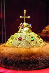 Gorro monómaco, que los monarcas rusos se ponían sólo en el día de su coronación antes de la aparición en el siglo XVIII de la Corona Imperial de Rusia.