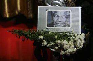 Mandela fue enterrado en Qunu, siguiendo tradicionales ritos funerarios del clan Xhosa.