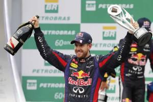 El piloto celebra su cuarto título en el podio del Gran Premio de Brasil.