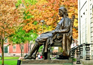 Estatua de John Harvard, a las que los visitantes le tocan el pie para, según la tradición, tener suerte.