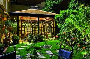 El jardín, un elemento protagonista de la decoración del lugar.