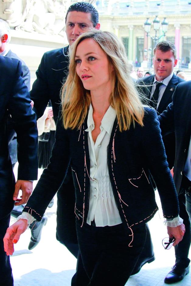 Vanessa Paradis lució la chaqueta negra de Chanel durante la presentación del nuevo muestrario de la firma.
