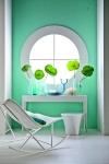 La pared, los floreros y detalles en tono aqua dan vida y calidez a esta área, ideal para la lectura o un momento de relax dentro de casa. La silla reclinable y la pequeña mesa auxiliar aportan la pureza de este refugio.