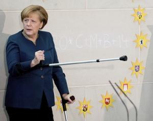 La canciller alemana, Angela Merkel, apunta con una muleta durante su primera reaparición pública tras su accidente de esquí, consecuencia de una caída mientras practicaba estas navidades esquí de fondo en Suiza. EFE/Kay Nietfeld.