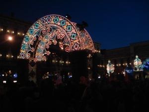 La Plaza de San Marco se ilumina por las noches. Allí niños, jóvenes, adultos y mayores, incluso las mascotas, disfrutan de una fiesta popular donde los excesos sólo van de la mano de los disfraces y los espectáculos.