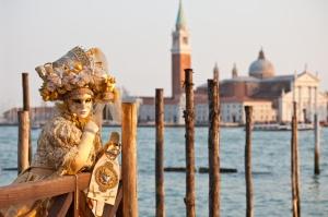 Las prendas son del mismo estilo que las históricas. El carnaval tiene como fondo el Campanille y la Iglesia de San Marco, en tanto que las fiestas privadas se realizan en los cientos de palacios a lo largo del canal.