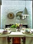 La piedra como recurso para vestir paredes dará un exquisito toque de calidez a los espacios de su hogar. En este comedor, vemos esta alternativa en la pared principal, sobre la que se han colocado además espejos de diferentes tamaños para dar mayor amplitud.