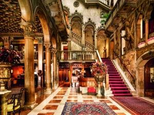 El lobby cuenta con imponentes columnas de mármol y lámparas de cristal de Murano.