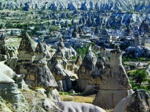 Capadocia es un capricho de la naturaleza, de enormes rocas cónicas y paisajes ondulados, que puede observarse en toda su belleza desde los globos aerostáticos que constantemente surcan su cielo.