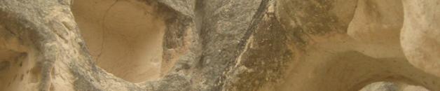 Las chimeneas de hadas, excavadas por una de sus caras han servido como palomares, casas e incluso enterramientos.