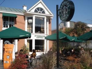 La franquicia Starbucks ofrece sus variadas combinaciones de café.