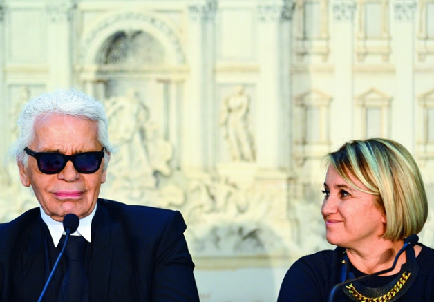 Karl Lagerfeld, creativo de la firma, junto a Silvia Venturini Fendi.