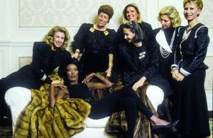 Las mujeres de la familia Fendi, junto a la cantante y actriz  Grace Jones (recostada en el mueble).